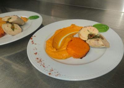 Ballotin de poulet fermier fourré aux figues, abricot et pesto et sa purée de patate douce confite